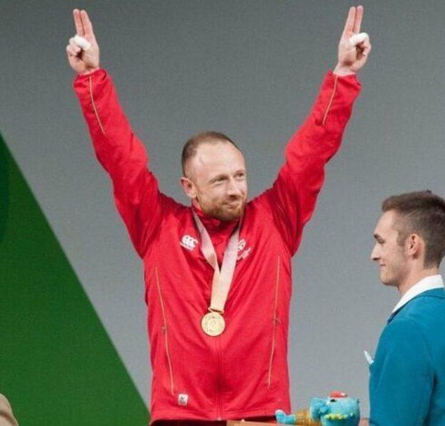 Gareth Evans celebrating on podium at Commonwealth Games 2018