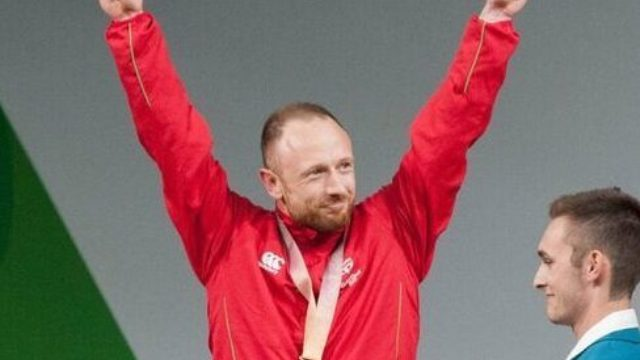 Gareth Evans celebrating on podium at Commonwealth Games 2018